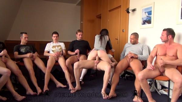 Толпа вудмана порно, скрытая камера дрочит свою щелочку